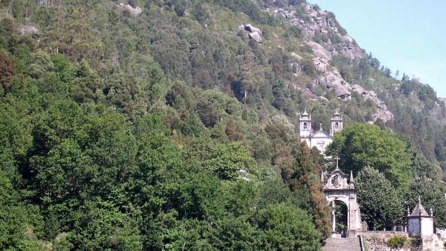 Área invadida numa zona de montanha.